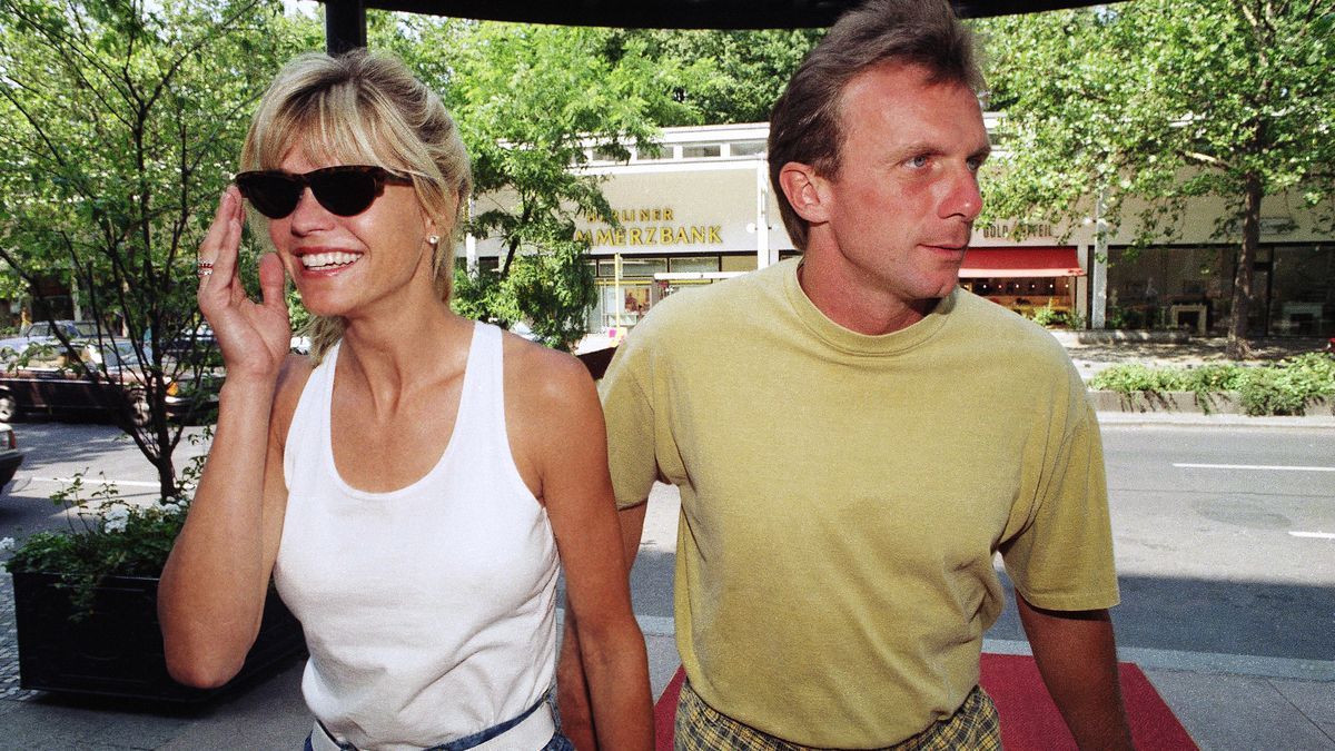 San Francisco 49ers quarterback Joe Montana (r) and his wife Jennifer return to the after a press conference in Berlin, Tuesday, July 30, 1991.  (AP Photo/Axel Kull)