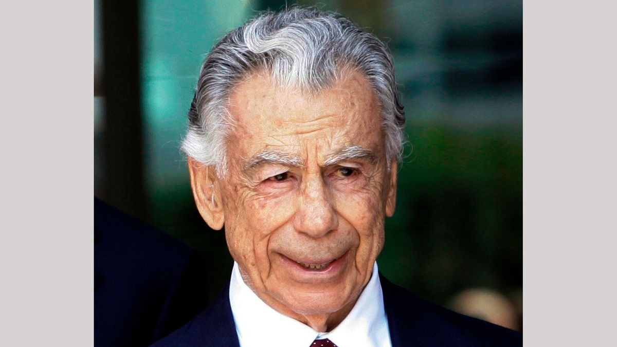 In this Aug. 20, 2008 file photo, billionaire Kirk Kerkorian leaves the Roybal Federal Building...
